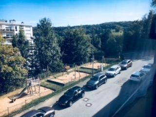 Appartement de 64 m2 à  Luxembourg- Beggen,au 3ème étage , hall d\'entrée ,une spacieuse chambre à coucher , double séjour très éclairé avec avec accès balcon plein sud, salle de bain avec baignoire , une cuisine équipée séparéé,une cave , ascenseur.<br>Inclus dans le prix aussi un parking box interieur . <br><br>Dans rue très tranquille (sans issue) à proximité de la ville de Luxembourg. Kirchberg à 5 minutes. Arrêt de bus à 100m et gare de dommeldange ,funiculaire de Paffenthal,crêche,salle de sport,surface commerciale à proximité,grand centre médicale Clinique Eich à 500m.  <br />Ref agence :Atlantis