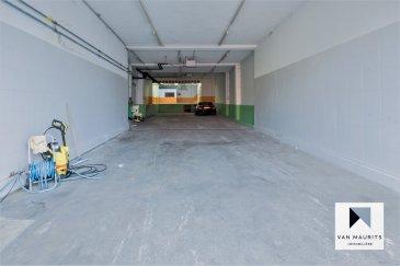 Situé dans la zone commerciale deKayl, à proximité de la nouvelle plateforme logistique de Bettembourg, ce dépôt/entrepôt d'une surface de ± 464 m² avec porte de garage électrique profite d'une belle hauteur sous plafond de± 2 m 86.Chauffé, ventilé et sécurisé, l'entrepôt se compose commesuit:  Au rez-de-chaussée, unhall commercial de± 150 m², une salle de douche ± 13 m² avec wc, une cuisine ± 23 m², un local de rangement ±45 m²et enfin, un second hall commercial ±85 m². Au premier étage, un hall de stockage ± 149 m² et une grande terrasse servant de stockagesur le toit ± 93 m².   Détails supplémentaires:  -Charges faibles:± 200 € / mois; -Idéalpour une entreprise dubâtimentou un collectionneur devoitures; -Situé dans un quartier recherché, àproximité de la nouvelle plateforme logistique de Bettembourg.   Agent responsable du dossier :GeoffreyDEPRE E-mail :geoffrey@vanmaurits.lu Mobile :(+352) 661 127 777