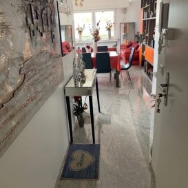 COUP DE COEUR DU MOMENT ! Magnifique Appartement de 73 M2 entièrement rénové en 2018 super lumineux  avec vue imprenable en plein CENTRE-VILLE situé au  5e étage d'une belle résidence  avec ascenseur. et se composant comme suit :  Hall d'entrée avec placard intégré,cuisine équipée ,salle à manger,salon  ( living) donnant accès à une grande terrasse, 1 grande  chambre à coucher   salle de bain  ,cave et buanderie .Possibilité de location de garage à proximité