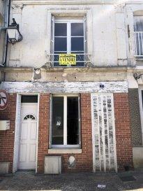 MAISON DE VILLE.  Située en plein centre de Château-du-Loir, proche des commerces et commodités.<br> A réhabiliter totalement :<br> Au rez-de-chaussée : Une pièce de vie avec cuisine d\'environ 23m2, wc.<br> Au 1er étage : Un palier desservant une chambre, une buanderie, wc et une salle d\'eau.<br> Au 2ème étage : Deux pièces et une salle de bains.<br> Une cave. Pas de jardin ni cour.