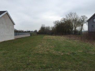 Terrain constructible à Han sur Nied de 9.00 ares, façade de 25 mètres. S.H.O.N possible 315.00 m². Situé à 15 minutes de l'hôpital Mercy.