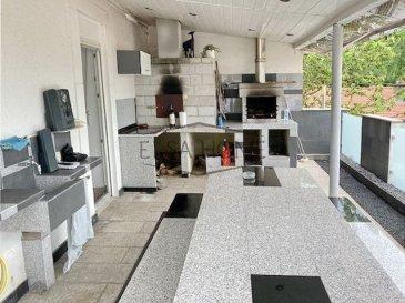 Découvrez cette maison de ville avec terrasse, barbecue, jardin cabanon et garage 2 voitures, dans impasse au calme. <br><br>Celle-ci vous offre au rez-de-chaussée : entrée, cuisine équipée accès à la terrasse couverte de +/- 30 m2 avec barbecue, séjour avec cheminée et 1 WC séparé.<br><br>A l\'étage : Palier, 3 chambres, dressing, salle de bains, salle de jeux.  <br><br>Sous-sol : 3 Caves et garage 2 voitures agrémente ce bien... <br><br>Maison très fonctionnelle et très agréable. Vous serez sous le charme !<br> <br>Proche frontière Luxembourgeoise !<br><br>Proche de l\'EIDE (école internationale Differdange et Esch-sur-Alzette)<br><br>Il vous suffit de 6 minutes pour rejoindre l\'autoroute A30 (Uckange, Aumetz/Crusnes).<br><br>Si vous cherchez une école maternelle, vous trouverez \