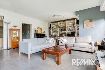 RE/MAX Luxembourg vous propose à la vente ce bel appartement situé dans une impasse dans le quartier du limpersberg. Dans un petit immeuble avec ascenseur de 4 propriétaires, il se trouve au premier étage. Vous disposez de 2 grandes chambres de 17 et 19 m² dont une avec dressing, une cuisine ouverte sur le salon salle à manger de 45 m² une salle de avec douche italienne et meuble double vasque et un WC Séparé. Un garage individuel de 15 m² et une cave de 26 m² complètent ce bien. Disponibilité à convenir