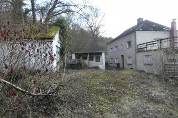 *** sous compromis ***  Maison complétement à renover se composant de 3 chambres, une salle de bain, cuisine, salle à manger, grande terrasse et garage
