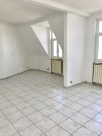 METZ SABLON, Rue des Robert  Situé au 4ème étage sans ascenseur  5 Pièces avec 3 chambres, cuisine, salle de bains, WC  Chauffage individuel au gaz  Disponible immédiatement  Frais d'agence : 91.07 m² x 11 € = 1001.77 € ramené à 804 €