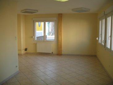 4 pièces - 101.7 m2.  Maison de 101.7 m2 située rue Nicolas Gény à Neuves-Maisons comprenant :<br> Au rez-de-chaussée : une entrée, deux pièces dont une avec placard, WC. Au premier étage : une cuisine ouverte sur le séjour, une chambre, une salle de bains.<br> Un emplacement de stationnement, pas de garage ni de jardin.<br> Chauffage individuel au gaz.<br><br><br><br>