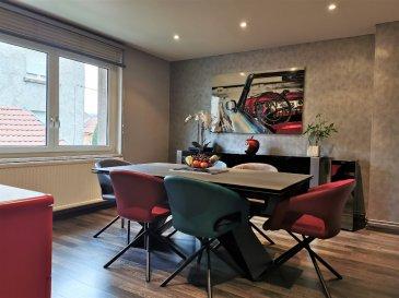 Appartement Knutange F3 Bis 85 m2. Coup de coeur assuré pour ce bel appartement de type F3 Bis rénové avec goût, situé au 1er et dernier étage d\'un petit immeuble.<br/><br/>Cet appartement de 85 m² vous offre :<br/>-Une cuisine dinatoire d\'environ 20 m²,<br/>-Un salon cosy de 15 m²,<br/>-Deux belles chambres de 16 m² et 13 m²,<br/>-Une salle d\'eau avec WC,<br/>-Un cagibi de 5,5 m² très utile pour le rangement,<br/>-Le tout desservi par un couloir de 10 m² qui apporte beaucoup de cachet à l\'ensemble. <br/><br/>La décoration et les finitions soignées de l\'ensemble de l\'appartement vous permettent de poser vos valises sans envisager de travaux.<br/><br/>En complément, l\'appartement bénéficie de combles, accessibles directement depuis le cagibi par un escalier, et actuellement utilisés en grenier. Selon votre envie, des travaux d\'aménagement permettraient d\'y créer un bel espace de vie supplémentaire !<br/><br/>Les atouts de ce bien :<br/>-Petit immeuble constitué de deux appartements uniquement.<br/>-Entrée indépendante au rez de chaussée et hall d\'entrée privatif.<br/>-Pas de charges de copropriété.<br/>-Dépendance extérieure privative, très utile pour le rangement des outils, vélos, ou autres accessoires.<br/>-Combles aménageables.<br/>-Accès à un jardin privatif d\'environ 1 are mais non attenant à l\'immeuble. <br/>-Chauffage individuel au gaz et double vitrage.<br/>-Parking situé à coté de l\'immeuble. Facilité de stationnement.<br/>-Proche de toutes commodités.<br/><br/>Frais d\'agence inclus à la charge du vendeur.<br/><br/>Contact : Jessica HAUSKNECHT - 07.88.44.15.65<br/>Agent commercial RSAC 885 343 368 Thionville<br/>