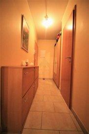 REAL G IMMO vous propose ce bel appartement de  /-55m², dans une petite résidence de 5 unités, situé à Tetange.  Ce bien se compose comme suit :   - Hall d'entrée avec espace placard,  - Cuisine équipée ouverte sur le living donnant accès à un balcon,  - WC séparé,  - 1 chambre à coucher avec salle de douche.  A ce bien s'ajoute aussi une buanderie commune, un grenier et un emplacement intérieur.  Pour plus de renseignements ou une visite (visites également possibles le samedi sur rdv), veuillez contacter le 28.66.39.1.  Les prix s'entendent frais d'agence de 3 % TVA 17 % inclus. Ref agence :B73116