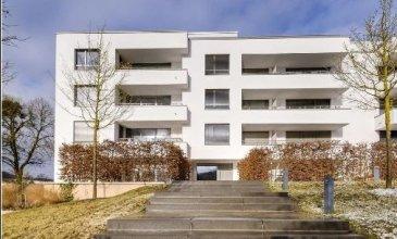 REMAX spécialiste de l'immobilier au Luxembourg, vous propose à la location ce magnifique penthouse d'environ 83m²,situé au 4ème et dernier étage d'une résidence de standing.  Cet appartement aux finitions de qualité et matériaux nobles, dispose d'un hall d'entrée avec un espace vestiaire, d'un W.C. séparé, d'une cuisine équipée haut de gamme ouverte sur un beau séjour avec un accès direct sur une belle terrasse d'environ 50m² orientée sud-est, depuis laquelle vous profiterez d'une magnifique vue dégagée sur Luxembourg.  La partie nuit : 2 chambres d'environ 20m² dont une avec balcon - disposant chacune d'une salle de douche privative  Au sous-sol, une cave privative, une buanderie commune et un emplacement de parking intérieur, à l'extérieur une place de parking privative, complètent l'ensemble.  Disponibilité : immédiate.  Luxembourg-Dommeldange est un agréable quartier résidentiel de la ville, à proximité immédiate du centre-ville et du Kirchberg et seulement une dizaine de minutes en voiture de l'aéroport.  Loyer mensuel : 2500 euros Charges mensuelles : 250 euros Garantie bancaire ou caution : 2 mois de loyer Frais d'agence : 1 mois de loyer + 17% de TVA  Ref agence : 5096401