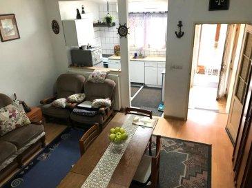 Maison mitoyenne .  Maison à rafraichir au calme et proche commodités comprenant : Entrée, cuisine, salon, Wc. A l'étage trois chambres et SDB. Cave.Terrasse.