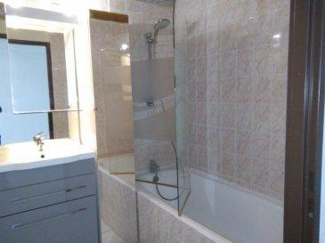 Bel appartement en duplex avec entrée, cuisine équipée, séjour, chambre, salle de bain avec baignoire, WC séparé, 2 balcons. Résidence avec ascenseur. Les charges comprennent chauffage, eau chaude et froide..
