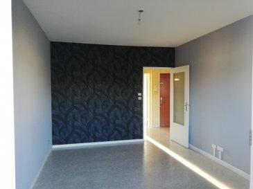 Appartement F2, situé au 3ème étage d\'une résidence avec ascenseur, comprenant: une entrée avec placard intégré, un séjour avec un balcon attenant, une cuisine équipée (plaques de cuisson, réfrigérateur, four et hotte), une chambre, une salle de bain (va être rénovée) et un wc séparé.   En annexe : un emplacement de parking privatif au sous-sol  Détail des charges : entretien des communs, électricité des communs, entretien ascenseur, provision sur eau chaude et froide, provision chauffage et TEOM.  Situé à proximité du centre-ville et à 5 minutes en voiture de la gare SNCF.