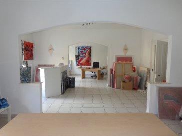 Algrange . Duplex 144 m².. Dans une maison bourgeoise, ce bel appartement occupe la totalité du 1 er étage.  D\'une superficie de 144 m² habitable, ce duplex vous offre de très beaux volumes et de belles hauteurs de plafond. Il se compose d\'une entrée, d\'une cuisine équipée, d\'une salle de bains avec douche et wc, salon séjour et trois chambres. Un second wc .  Pas de charges de copropriété dans cet immeuble très bien entretenu . Immodm  06 33 23 33 03 <br>