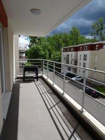 Appartement Thionville 3 pièce(s) 76,60 m². Situé 2 allée des Etangs St Pierre à THIONVILLE, cet appartement situé au 2ème étage offre tout le confort d'une construction BBC. Il se compose d'une entrée avec placards, une pièce à vivre avec cuisine ( 37 m²) et accès terrasse (13,50 m²); une salle de douche et deux chambres de plus de 11 m². Vous disposerez également d'une place de parking extérieur et d'une grande place de parking en sous-sol (2,37m X 7,02 m) IMMO DM: 03.82.57.31.87   dont 4.50 % honoraires TTC à la charge de l'acquéreur. Copropriété de 64 lots (Pas de procédure en cours). Charges annuelles : 1306.00 euros.