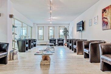 Situé dans la commune de Luxembourg, ce complexe comprenant deux locaux commerciaux de ± 92 m2 chacun et trois appartements de ± 68, 111 et 111 m2 est disposé comme suit : Au rez-de-chaussée, les 2 locaux commerciaux, idéal pour accueillir des bureaux, une entreprise ou encore, un centre médical et paramédical, ... L'espace est équipé de wc. Le 1er étage se compose de 3 appartements. Ceux de ± 111 m2 sont agencés à l'identique et comprennent un séjour ± 34 m2, une cuisine séparée ± 14 m2, deux chambres de ± 16 et 18 m2, d'une salle de bain de ± 8 m2, un wc séparé ainsi que deux balcons de ± 9 m2 et 4 m2. L'appartement de ± 68 m2 comprend un séjour ± 27 m2, une cuisine ± 9 m2 avec loggia, une chambre ± 16 m2 et une salle de bain ± 8 m2 avec un wc séparé. Chaque appartement dispose de sa propre cave. Les 2 locaux commerciaux et les 3 appartements sont vendus avec deux emplacements de parking.  Généralités:  Idéal pour investissement Situation recherchée, localisation idéale; Volets électriques, double vitrage; Chaudière au gaz de ville; Passeport énergétique