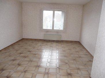 Spacieux appartement de type F4 comprenant entrée, séjour, 3 chambres, cuisine, salle de bains, WC, placards, débarras.  Chauffage électrique.