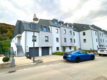 Magnifique Appartement spacieux (143.35 m2 surf. habitable + 145.84 m2 jardin privé + 22.44 m2 terrasse) à 3 chambres à coucher situé dans un immeuble récent (2014) à basse consommation d'énergie CLASSE B-B.  Exposition du jardin et de la terrasse : SUD-OUEST !  L'appartement dispose de 3 parkings intérieurs, d'un parking extérieur, d'une grande cave de 12.75 m2 ainsi que d'une buanderie privée de 5.30 m2. La chambre parentale dispose d'un grand dressing sur mesure.  Finitions de tout premier ordre dont voici quelques exemples : - VMC (Ventilation mécanique contrôlée) - Chaudière à gaz à condensation - Chauffage au sol - Triple vitrage - Volets électriques - Cuisine de très haut standing avec plaque de travail en marbre massif poli à l'ancienne et électroménagers partiellement professionnels (p. ex. les fours ...) - Parquet dans les chambres à coucher - Salle de douche avec douche