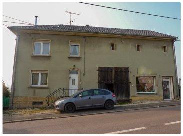 NOUS VENDONS à BOUZONVILLE (Moselle)  non loin du centre-ville, de ses commerces et services ;  Sur un terrain de 20a80, partiellement clos , une maison individuelle, avec partie habitation, grange, local professionnel et studio, soit :     Pour la partie habitation.  En rez-de-chaussée : Une entrée et dégagements de 5.87 m² Une pièce à vivre de 16,01 m2 ouverte sur la cuisine Une cuisine ouverte de 14.84 m² Une salle de bains avec WC, de 7.99 m² À l\'étage  : Un dégagement de 5.04 m² Une première chambre, servant de salon, pour 11.70 m² Deux chambres de 11.47 et 12.07 m² Une salle d\'eau et WC, de 4.59 m².  Sous combles, un grande pièces mansardée avec poutres de charpente apparentes, pour 18.74 m².  Soit une surface totale habitable de 108.32 m² pour cette partie habitation.  B) Pour sa grange Une surface libre de 34 m² sous une hauteur sous plafond constante à 4.48m. Le sol est bétonné. Cette grange est traversante de part et d\'autre du bâtiment, ouverte sur les deux façades par deux grandes portes à battants.  C) Pour le local professionnel Il est constitué d\'une seule pièce de 26.56 m². Ce local est ouvert sur rue par une porte PVC blanc et par grande baie vitrée en PVC double vitrage. (non visible sur la photographie présentée). Ce local peut être chauffé par un chauffage électrique fixe. À l\'arrière, un local d\'entrepôt.  D) Pour le studio. Situé à l\'étage, il est constitué d\'une grande pièce séparée en deux, avec un espace jour de 42 m², d\'une salle d\'eau de 8.78 m² à l\'arrière de cet espace. Soit au total d\'une surface habitable de 50.78 m². Sur le côté d\'un escalier menant à une mezzanine de 15.47 m²,  un espace de stockage libre aménagé au-dessus du plafond en bois de la grange sur une surface de 32.83 m² (non comptabilisé dans la surface habitable).    Ce petit appartement bénéficie d\'un compteur électrique séparé et d\'une installation électrique récente.   Il bénéficie d\'un accès indépendant par le côté droit du bâtiment, d\'un petit balco