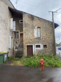BELARDIMMO vous propose en exclusivité à vendre une petite maison à rénover d\'environ 31 m² sur la commune de Serémange - Erzange . <br><br>Le bien est en copropriété avec le bâtiment voisin<br><br>Gros potentiel sur l\'existant ! <br><br>Le bien se compose ainsi : <br><br>Au RDC : <br><br>- Sous sol avec possibilité d\'aménagement d\'une pièce entre 10 et 15 m²<br><br>1er étage : <br><br>- Hall d\'entrée<br>- Kitchenette<br>- Salon- Séjour<br><br>2ème étage<br><br>- Une chambre mansardé <br><br>Les séparations de niveaux sont en planchers bois .<br><br>Des gros travaux sont à prévoir : électricité, isolation, toiture, dalle... <br><br>Idéal pour investisseur ou également pour premier achat .<br><br>Pour tout renseignements ou éventuelle visite veuillez contacter M.PALMUCCI au + 352 691 105 887 .<br><br><br>