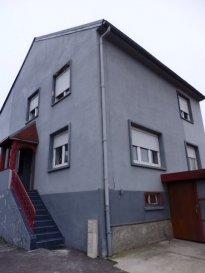 EXCLUSIF, NOUS VENDONS à GANDREN (Moselle), commune de BEYREN LES SIERCK situé au cœur du village, rue de SIERCK à 7 mn seulement des frontières allemandes (PERL) et luxembourgeoise (SCHENGEN) ; une maison individuelle de construction traditionnelle, elle offre sur une surface totale habitable de 103,13 m2 En rez -de -chaussée et demi-niveau : Un séjour de 20,91 m2 avec cheminée à insert,  En mezzanine un salon de 19,71 m2 avec accès à la terrasse couverte équipée de 20 m2 environ, Une cuisine ouverte et parfaitement équipée de 12,23 m2, A l'étage : Deux chambres de 11 m2 et une chambre avec un grand placard, dressing de 12,12 m2 ; Une salle de bains avec douche à l'italienne de 9,78 m2, WC séparé. Avec aussi en demi-niveau inférieur : Un espace buanderie, rangement, une grande pièce de 19,94 m2 avec la possibilité d'y aménager une quatrième chambre. Les surfaces de ces pièces de sous-sol partiel n'ont pas été comptabilisées dans la surface habitable annoncée. Au sous-sol : Un garage de 40 m2 pour le stationnement de deux voitures, porte motorisée. A l'avant de la maison, un garage en bois pour le stationnement d'une voiture. ***Double vitrage sur châssis PVC OB. ***Chauffage central au fuel par une chaudière récente avec ballon d'eau chaude incorporé de marque BRÖTJE et chauffage par la cheminée. *** Combles aménageables.  Disponibilité à convenir.  CONTACT : Jean-Luc MEYER – Agent commercial au 07 60 13 78 96  Ou l'agence au 03 87 36 12 24  Les frais d'agence sont inclus dans le prix annoncé.