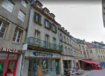 Situé rue Sainte Marie a proximité de la faculté, appartement de type F2 au 1er étage sur cour arrière. Une chambre, une cusine ouverte sur séjour, une salle de douche-wc. Cuisine meublée avec plaques, frigo et hotte.
