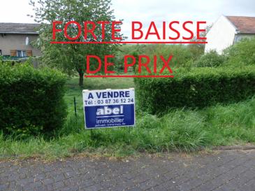 ** FORTE BAISSE DE PRIX **  NOUS VENDONS :  Rue de la gare à GUERSTLING (57320),  à proximité immédiate de la frontière allemande et à 5 kms de BOUZONVILLE, de ses commerces et services ;  Un terrain à bâtir d'une contenance de 6a59, avec une largeur de façade de 23 m environ sur rue.  Il peut offrir la possibilité d'y construire un plain- pied d'une surface conséquente. Ce terrain est libre de construction, il est situé hors lotissement ; Viabilisation aisée.  CONTACT : Jean-Luc MEYER, agent commercial au 07 60 13 78 96 Ou Gérard STOULIG au 06 03 40 33 55 Les frais d'agence sont inclus dans le prix annoncé