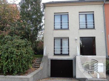 Maison libre de 3 côtés d'environ 150 m2 habitables, dans un quartier strictement résidentiel composée comme suit :  RDC : hall d'entrée avec coin vestiaire, WC séparé, grand salon/salle à manger (40 m2) avec accès terrasse et jardin, cuisine équipée.  1er étage : trois chambres à coucher (9,5 m2/10,5 m2/21 m2) dont une avec accès à un balcon avec vue jardin, une salle de bain.  2ième étage : grand grenier (45 m2) aménagé avec living et coin repos.  Au sous-sol : garage pour 1 voiture, petit atelier, grande pièce avec chaufferie, buanderie et accès vers le jardin.  Extérieur : jardin  La maison sera disponible à partir du 1 octobre 2020 et se situe dans un quartier au calme, à proximité des écoles, des commerces, transports en commun et des grands axes routiers.  Pour tous renseignements supplémentaires ou pour convenir un rendez-vous pour une visite, veuillez nous contacter par téléphone au (+352) 691 400 706 ou par mail : info@17b.lu