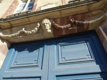 LUNEVILLE,  tout proche du Château et du théâtre de Lunéville, dans un immeuble classé du XVIIIèmes siècle avec un passé historique (signature du  traité de paix de Lunéville  le 9 Février 1801, résidence du  comte de Cobentzel d'Autriche , naissance de Charles-Juste DE BEAUVAU devenu maréchal de France, séjour du Maréchal PATCH lors de la seconde guerre mondiale), UN SUPERBE  appartement F 6  au  1er étage, composé : d'une entrée avec rangement, cuisine aménagée et équipée, un salon d'apparat traversant avec  moulures, boiserie, dorure, cheminée décorative, un second salon où a eu lieu la signature du traité de Lunéville, 4 chambres dont une parentale avec accès à une salle de bain avec baignoire et douche, 2 w.c séparés, une salle d'eau, chauffage au gaz individuel, Viennent compléter ce bien d'exception  un garage indépendant et privatif, une dépendance, une cave en terre battue et un jardin privatif de 700m² donnant  accès au parc du château de Lunéville, A SAISIR : 385 000 euros AGENCE KLAA 8 rue Girardet NANCY 06 80 44 77 95 ou 03 83 97 01 78