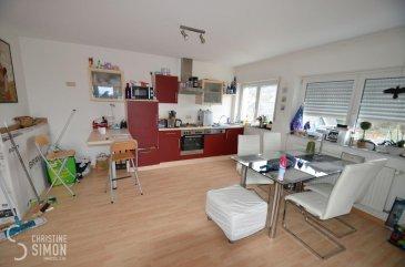 L\'agence immobilière Christine Simon Sàrl ayant un mandat exclusif vous propose un appartement d\'une superficie totale d\'environ 51,66 m2 situé à PERL (D) au prix de 275.000 €. L\'appartement est actuellement en location.<br>Idéal aussi pour un investisseur !<br><br>Description de l\'appartement au 2ème étage:<br>- Penthouse Nr. 13 d\'environ 51,66 m2 avec un grenier accessible par une trappe, une grande terrasse d\'environ 60 m2 rénovée en 2015. Une salle de bains, 1 chambre à coucher, cuisine équipée ouverte sur le living. Débarras privatif dans les parties communes. 1 emplacement de parking extérieur et une cave.<br><br>La localité PERL (D) se trouve au coeur des 3 frontières, l\'Allemagne le Luxembourg et la France. Perl est une localité agréable à vivre aussi bien pour des jeunes que pour les personnes âgées. Dans la commune et celles voisines se trouvent de nombreux commerces, écoles p.ex. école fondamentale et le Lycée de Schengen ainsi que des crèches accessibles à pied. L\'entrée de l\'autoroute Saarebruck-Luxembourg est à quelques minutes en voiture.<br><br>Distances de Perl à:<br>02 km à L-Schengen<br>24 km à D-Merzig<br>27 km à D-Saarburg<br>45 km à L-Kirchberg<br><br>Pour plus d\'informations, n\'hésitez pas à contacter l\'agence par eMail: info@chrisitinesimon.lu ou par téléphone: +352 26 53 00 30.<br>Les honoraires d\'agence sont à charge de l\'acquéreur  (3,57 %). <br><br><br><br><br><br><br><br><br><br><br><br><br><br><br><br><br><br><br><br /><br />Die Immobilienagentur Christine SIMON GmbH mit Alleinauftrag, bietet Ihnen zum Verkauf eine Eigentumswohnung mit einer gesamt Wohnfläche von ungefähr 51,66 qm gelegen in Perl (D) zum Preis von 275.000 €.<br>Die Wohnung ist zurzeit vermietet. <br>Geeignet auch für Investoren !<br><br>Beschreibung der Wohnung im 2 t\'en Stock:<br>- Penthouse Nr. 13 von ungefähr 51,66 qm mit einem Speicherraum, erreichbar über eine Speicherluke. Eine grosse Terrasse von ungefähr 60 qm die 2015 renoviert wurde. 1 Badezimm