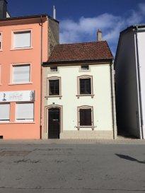 SCHAUS IMMOBILIER vous propose à la vente cette charmante maison historique datant de 1778 (une des plus anciennes de Diekirch) située au plein centre-ville de Diekirch, à quelques pas de la zone piétonne.  La maison nécessite quelques travaux d'aménagement et de rénovations.  Ainsi, il est possible d'aménager jusqu'à quatre chambres.  Un grand parking se trouve en face.  Nous sommes à votre entière disposition pour tout renseignement complémentaire et un rendez-vous de visite. Ref agence :883084