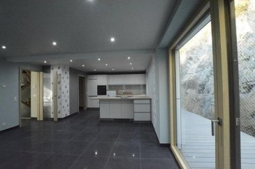 Voir plans sous documents Belle maison en bois massif 100  % écologique à ± 156 m2 de surface habitable,  garage pour 2 voiture (L3,30 sur P12,61 m) Terrain 5,7 a et 1 Emplacement extérieur. Détails techniques: Pompe à chaleur, géothermie, panneaux photovoltaïques, triple vitrage, VMC, Fenêtres en bois/alu, chauffage au sol. L'offre comprend également une cuisine équipée de qualité. La maison se compose comme suit: RDCH : Entrée, 2 garages, local technique, buanderie, WC séparé, A l'étage : Grand séjour (possibilité de faire une 4e Chambres, Cuisine ouverte avec salle à manger.un grand balcon orienté vers le sud. 2e Etage : 3 chambres à coucher, dont chambre parentale avec salle de bains et une salle de bains. Grenier : avec escalier escamotable.  Ref agence :451