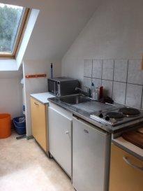 Dan petit immeuble, au calme, F1 meublé. Dans petit immeuble entouré de verdure , au dernier étage F1 meublé composé d'une cuisine meublée et équipée, une pièce principale et une salle d'eau.Libre de suite.