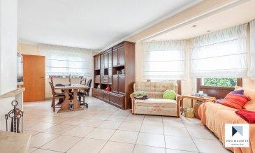 Cette maison libre de quatre côtés, construite en 1993 sur un terrain de 10,95 ares, se situe au calme dans une zone résidentielle, à distance de 8 min. à pied de la gare de Kayl.  Elle se compose comme suit :  Au rez-de-chaussée : d'une entrée cathédrale de ± 18,5 m² qui conduit au salon/salle à manger de ± 50 m² (avec cheminée) s'ouvrant sur une terrasse de ± 20m² orientée à l'ouest ; d'une cuisine équipée de 20 m² avec un cellier de ± 3 m² ; d'une chambre de ± 11m² et d'un wc séparé.  Au 1er étage : d'un palier de ± 12 m² qui dessert 4 chambres de ± 10, 16, 17 et 17 m² ; d'une salle de bain de ± 14 m² (baignoire, deux lavabos, douche, wc).  Un grenier non aménagé, ni isolé de ± 40 m² sert comme espace de rangement accessible par une trappe.  Au sous-sol : d'un double garage (côte à côte) de ± 40 m² avec porte électrique ; d' une buanderie de ± 13 m² ; d'une chaufferie de ± 13 m² (cuve à mazout de 3000 l) ; d'une pièce de ± 15 m² prévue pour l'installation d'un sauna et d'une cave de ± 13 m².  Le jardin plat est agrémenté par une grande pelouse et des arbres.  Généralités :  • Maison spacieuse dans la verdure et au calme ; • Maison libre de quatre côtés ;  • Cheminée ; • Rafraichissement à prévoir ; • Chaudière à mazout Buderus de 1993 ; • Double garage, carport, deux emplacements de parking.  Agent responsable : Katia Gravière au 661 33 29 82 ou katia@vanmaurits.lu