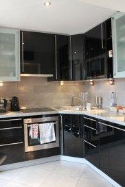 Real G Immo vous propose ce bel appartement de +/- 62m2 au 2ième étage avec ascenseur dans une résidence construite en 2012.<br><br>Ce bien se compose comme suit:<br> - Hall d\'entrée avec placard encastré,<br> - Cuisine équipée ouverte sur le living,<br> - Une chambre à coucher,<br> - Un débarras,<br> - Une salle de douche.<br><br>À ce bien s`ajoute une cave privative, une buanderie commune et un emplacement parking intérieur.<br><br>Pour plus de renseignements ou une visite des lieux (également possibles le samedi sur rdv), veuillez nous contacter au 28.66.39.1.<br><br>Les prix s\'entendent frais d\'agence de 3 % TVA 17 % inclus.