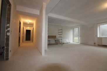 Immomod S.A. vous propose un appartement au rez-de-chaussée dans une résidence de 1970 et elle se trouve entre Septfontaines et Bour.  La résidence Simmerfarm a été rénovée complètement en 2018.  L'appartement se trouve en état de gros oeuvre, càd que vous pouvez choisir encore vos finitions, et vous auriez la possibilité d'avoir les clés pour le 1 février 2019.  Il se compose comme suite : salon, cuisine ouverte, deux chambres à coucher et une salle de douche, et un WC séparé.  En plus, vous avez un jardin de 75 m2.  Parking extérieur à 15 000 €.  Il n'y a pas de cave avec l'appartement.  N'hésitez pas à nous contacter pour des renseignements supplémentaires.  Tyutyayev Stanislav : 691 92 54 85