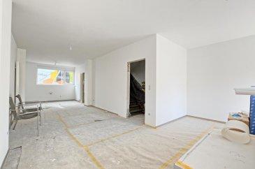 Louis MATHIEU RE/MAX Partners, spécialiste de l'immobilier à Dudelange vous propose en exclusivité à la vente cette superbe maison mitoyenne neuve sur un terrain de 5,29 ares. Elle dispose d'une superficie habitable de 156 m² pour 190 m² au total. Cette demeure vous séduira par ses prestations haut de gamme, sa proximité du centre de Dudelange, et encore beaucoup d'autres avantages.  La maison se compose au rez-de-chaussée : d'un hall d'entrée, d'une cave de 12 m², d'une buanderie, et d'un WC indépendant.  Au rez-de-jardin : un hall desservant une grande pièce de vie séjour/salle à manger/cuisine de 45 m² donnant accès sur la terrasse et le jardin. Cette pièce est traversante et très lumineuse. La cuisine sera installée mi-juillet 2020.  Au premier étage : un hall de nuit, deux chambres de 15,8 m² et 17,59 m², une salle de bains complète (baignoire, douche italienne, double vasque, rangement), un WC indépendant.  Au deuxième étage : un hall de nuit, une chambre parentale de 17,52 m², une salle de douches attenante (douche, vasque simple, WC, rangement), et une partie dressing.  À l'extérieur : une partie cour devant la maison, une grande cour à l'arrière de la maison avec une place de parking, une belle terrasse, un garage individuel, un jardin clôturé.  Caractéristiques supplémentaires : façade isolante 12cm, fenêtres Schüco PVC blanc double vitrage, chauffage au gaz avec chaudière Buderus, cuisine KVIK équipée en Bosch, etcà  Cahier des charges complet disponible sur rendez-vous à l'agence.  Passeport énergétique : C / C  Disponibilité mi-juillet 2020.  Contact : Louis MATHIEU au +352 671 111 323 ou louis.mathieu@remax.lu  La commission d'agence est incluse dans le prix de vente et supportée par le vendeur. Ref agence :5096343