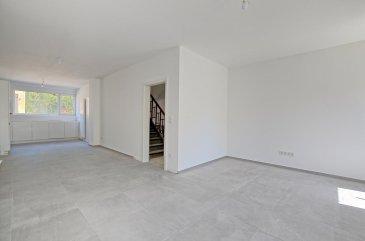 Louis MATHIEU RE/MAX Partners, spécialiste de l'immobilier à Dudelange vous propose en exclusivité à la vente cette superbe maison mitoyenne neuve sur un terrain de 5,29 ares. Elle dispose d'une superficie habitable de 156 m² pour 190 m² au total. Cette demeure vous séduira par ses prestations haut de gamme, sa proximité du centre de Dudelange, et encore beaucoup d'autres avantages.  La maison se compose au rez-de-chaussée : d'un hall d'entrée, d'une cave de 12 m², d'une buanderie, et d'un WC indépendant.  Au rez-de-jardin : un hall desservant une grande pièce de vie séjour/salle à manger/cuisine de 45 m² donnant accès sur la terrasse et le jardin. Cette pièce est traversante et très lumineuse. La cuisine sera installée mi-juillet 2020.  Au premier étage : un hall de nuit, deux chambres de 15,8 m² et 17,59 m², une salle de bains complète (baignoire, douche italienne, double vasque, rangement), un WC indépendant.  Au deuxième étage : un hall de nuit, une chambre parentale de 17,52 m², une salle de douches attenante (douche, vasque simple, WC, rangement), et une partie dressing.  À l'extérieur : une partie cour devant la maison, une grande cour à l'arrière de la maison avec une place de parking, une belle terrasse, un garage individuel, un jardin clôturé.  Caractéristiques supplémentaires : façade isolante 12cm, fenêtres Schüco PVC blanc double vitrage, chauffage au gaz avec chaudière Buderus, cuisine KVIK équipée en Bosch, etcà  NB : la maison sera vendu 100% terminée. Les meubles de salle de bains et les finitions seront achevé début septembre. Les cours avant et arrière seront terminées également, en pavés bloquants.  Cahier des charges complet disponible sur rendez-vous à l'agence.  Passeport énergétique : C / C  Disponibilité mi-septembre 2020.  Contact : Louis MATHIEU au +352 671 111 323 ou louis.mathieu@remax.lu  La commission d'agence est incluse dans le prix de vente et supportée par le vendeur. Ref agence :5096343