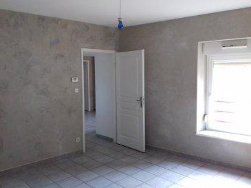 Spacieux appartement avec entrée individuelle, comprenant entrée, cuisine, séjour, 3 chambres, salle de bains avec baignoire.