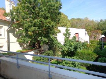 App Hettange Grande 4 pièce(s) 83.75 m2. Cet appartement de 84 m², situé 53 rue du général de Gaulle à HETTANGE GRANDE  se compose de la façon suivante:<br/>Une entrée et dégagement desservant 2 chambres de 11,18 et 11,42 m², une salle de douche avec fenêtre, un WC individuel, une cuisine équipée et un grand séjour de plus de 33 m² donnant accès à un balcon de plus de 9 m².<br/>Le bien est complété par un grand garage (voiture + moto + rangements)<br/>IMMO DM: 03.82.57.31.87<br/>Copropriété de 18 lots (Pas de procédure en cours).<br/>Charges annuelles : 1200.00 euros.