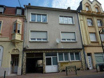 Appartement et combles aménageables, garage et lots de cave.  Pour particuliers ou investisseurs, avec une rentabilité supérieure à 10%.    Nous vendons au second et dernier étage de ce petit immeuble du 5 de la rue de Forbach à FREYMING MERLEBACH  (Moselle),    un appartement T3 comprenant sur une surface habitable de 86,84 m2 :  Un salon et séjour de 26 m2 Une cuisine de 12,50 m2 Deux chambres de 17,47 et 13,41 m2 Une salle de bains de 5,72 m2 WC séparé.  Il existe la possibilité d\'y créer un duplex en aménageant les combles privés directement accessibles depuis l\'intérieur même de l\'appartement. Ils sont de la même surface au sol que l\'appartement et de 40 m2 environ en Loi Carrez (au-dessus de 1,80m de hauteur).  Avec aussi un garage privatif pour le stationnement d\'un véhicule. Trois lots de cave.  *** Double vitrage PVC OB (à l\'exception d\'une fenêtre) *** Chauffage central individuel au gaz de ville, chaudière VIESSMANN récente  DISPONIBILITE IMMEDIATE  CONTACT :  Gérard STOULIG – Agent commercial ABEL IMMOBILIER au 06 03 40 33 55 ou directement l\'agence au : 03 87 36 12 24.  Les frais d\'agence sont inclus dans le prix annoncé.