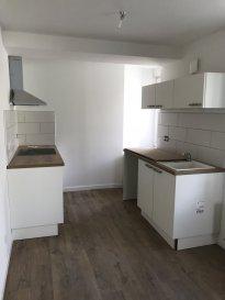 Appartement type F3 de 67m2 entièrement rénové.  Bel appartement de type F3 de 67m2 entièrement rénové comprenant :<br> - un salon séjour ouvert sur la cuisine équipée<br> - un toilette séparé<br> - une salle d\'eau<br> - 2 chambres de bonne superficie<br> - un garage individuel fermé + cellier<br> Loyer : 501,50EUR + 45e de provision sur charges