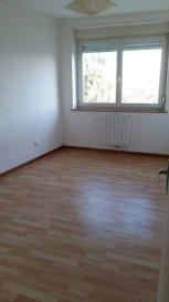Appartement dans résidence calme, comprenant pièce à vivre avec espace cuisine équipée, 1 chambre, salle d'eau et WC séparés, débarras et place de stationnement.