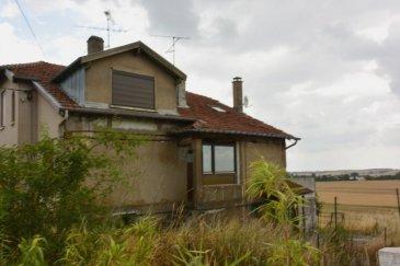 Prox'Immo vous présente une maison ancienne jumelée sur un terrain plat avec une très belle vue arrière, sans voisinage, sur la campagne environnante.  Maison à rénover (travaux en cours), présentant un potentiel intéressant.  Pour tout renseignement : Axel LEHSSINI, (+352) 691 231 299