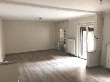 MAISON DE VILLE .  Au calme, maison de ville comprenant 3 chambres, pièce à vivre, cuisine aménagée. Grande cour et garage.