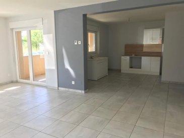 A 5 MIN DE PANGE ET COURCELLE CHAUSSY.  Bel appartement de 81m2 situé à FRECOURT dans un petit immeuble de 6 logements rénové en 2012. Il se compose d'une entrée avec placard, une cuisine ouverte sur séjour avec accès terrasse, deux chambres, une salle de bains et un wc séparé. Il bien dispose également d'une cave. Stationnement facil devant l'immeuble. A VOIR !  LOYER : 590EUR + 30EUR (Electricité des communs)  AGENCE VENNER IMMOBILIER  03 87 63 60 09