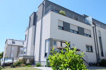 --------SOUS COMPROMIS ------- MAMER, rue Marie-Jeanne Birckel, dans maison bi-familiale de 2013, beaux duplex de 122 m2 habitable avec 200 m2 de jardin privatif et comprenant : hall d'entrée, WC, débarras, living avec sortie balcon et jardin, cuisine équipée ouverte sur living avec plan de travail en granit, deux chambres à coucher avec parquet au sol, salle de douche, étage : grande chambre à coucher avec parquet au sol,placards encastrés, spacieuse salle de bains avec branchement pour lave-linge, une cave, un garage fermé, deux places de parking à l'extérieur, libre à l'acte  Contact et visites : Rosalba MAITRE téléphone : 691 550 189