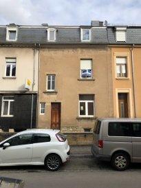 ***SOUS COMPROMIS*** immohub, votre partenaire dans l'immobilier à Luxembourg- BONNEVOIE, vous propose cette maison mitoyenne à rénover. Implanté sur un terrain de 0,70 ares, la maison qui a une surface habitable de +/- 95 m2, se compose comme suit:  RDC: Cour avant Hall d'entrée 5 m2 WC séparé — sera re-transformé en accès cave de +/-32 m2 Salon 12,50 m2 Cuisine (avec accès à la cour arrière) 15 m2  R+1: Hall de nuit 4,00 m2 Chambre I 15,00 m2 Chambre II annexée  12,50 m2  R+2: Hall de nuit 4,30 m2 Chambre III 13,00 m2 Combles non-aménagées 10,50 m2  INVESTISSEMENT A PREVOIR SUIVANT DEVIS ESTIMATIF DE +/- 175.000 € HT