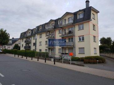 Joli appartement lumineux au 2e étage, faisant 96m2 de surface habitable, situé dans une rue calme, aménagé comme suit: Hall d\'entrée avec vestiaire encastré, grand séjour double avec cuisine équipée ouverte, donnant sur un balcon de 6 m2, 2 chambres à coucher, salle de douche et WC séparé , 1 parking intérieur, 1 parking extérieur, cave.<br>Proche de toute commanditées, à quelque minutes de l\'autoroute et de Luxembourg-Ville.<br />Ref agence :725971