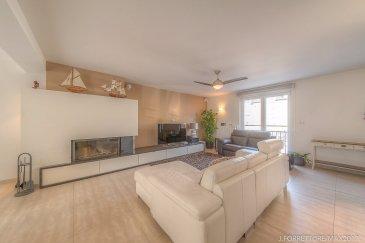 *** SOUS COMPROMIS ***  Jonathan FORRETT, RE/MAX Partners, spécialiste de l'immobilier à Frisange vous propose en exclusivité cette superbe maison mitoyenne sur un terrain de 2.11 ares. Construite en 2010, elle dispose d'une superficie habitable de 160 m² pour 265 m² au total.  La maison se compose au rez de chaussée, d'un hall d'entrée avec placard intégré, d'un vaste espace de vie avec salon, salle à manger donnant accès sur la terrasse et d'une cuisine entièrement équipée avec îlot central le tout environ 45m² ainsi qu'un WC séparé.  Au premier étage, trois belles chambres d'environ 13, 15.5 et 15.6m², une salle de bain d'environ 9m² avec douche italienne, baignoire et vasque, un dressing d'environ 2.5m² et un WC séparé    Au deuxième étage, une suite parentale d'environ 55m² au sol avec dressing et une salle de bain comprenant une douche italienne, une vasque et un WC.    Sous sol : Un local technique d'environ 5.5m², une buanderie d'environ 4.3m², une cave d'environ 40m² ainsi qu'un garage 2 voitures d'environ 30m²  Extérieur : un jardin orienté sud, une terrasse de 24m² et 2 emplacements à l'avant.  Superbe maison à découvrir, offrant d'excellentes prestations : double vitrage, volets électriques, alarme, isolation extérieure, foyer à bois et adoucisseur d'eau.   Idéalement située dans un quartier calme et à 15 minutes de Luxembourg ville.  Disponibilité à convenir.  Contact : Jonathan FORRETT au +352 621 301 943 ou jonathan.forrett@remax.lu