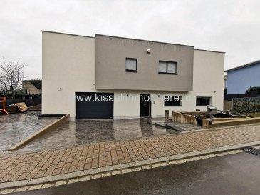 Alexandre Kissel vous propose en Exclusivité<br><br>Maison de 160 m² avec 3 chambres à Aspelt dans la commune de Frisange<br><br>Magnifique maison individuelle récente (2018) située à Aspelt avec aménagement intérieur haut de gamme. La maison est érigée sur un terrain de 4.52 ares et située dans une rue avec très peu de passage.<br><br>La maison de classe énergétique AB est dans un état impeccable. Elle est équipée de triple vitrage, d\'un chauffage (pompe à chaleur) par le sol dans toutes les pièces (la température de chaque pièce pouvant être réglée indépendamment) ainsi que d\'une ventilation double flux et d\'un feu à bois.<br><br>Rez de chaussée<br>-Hall d\'entrée avec placard intégré<br>-Séjour avec cuisine ouverte 50m²<br>-Accès terrasse 50 m² et jardin 100 m²<br>-WC séparé<br>-Grand garage<br>-4 Places de parking extérieur <br><br>1er étage <br>-2 Chambres à coucher de 16 m² avec Dressing<br>-Suite parentale 18 m² avec balcon + salle de douche privative<br>-Salle de douche et wc<br>-Wc séparé<br>-Buanderie<br>-Bureau 9.5 m²<br><br>Aspirateur centralisé.<br>Equipement photovoltaïque.<br>Atelier de 12 m².<br>Triple vitrage anti effraction <br>Moustiquaires<br>Alarme <br>Bac de récupération d\'eau<br>Puit<br>Chauffage pompe à chaleur <br>Anticalcaire nanoparticules<br>Toiture en Zinc<br>Velux avec capteur solaire<br><br>L\'agence KISSEL Immobilière vous propose des objets sélectionnés, pour répondre à la demande de notre clientèle.<br>Estimation gratuite de votre bien et cela sans engagement